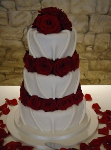 red rose icing wedding cake